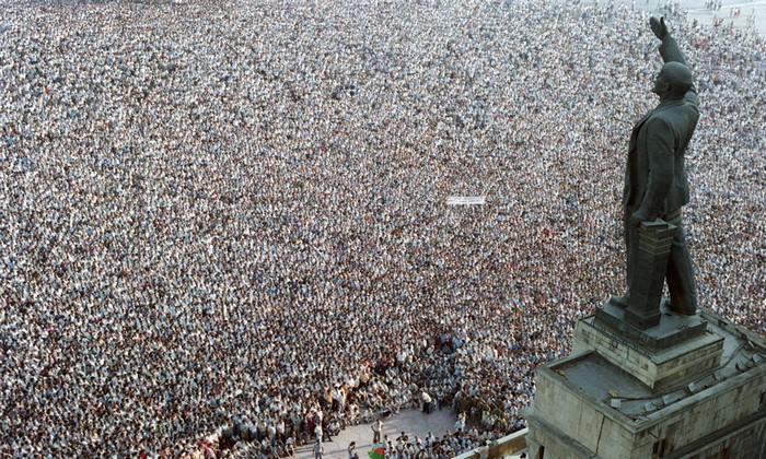 100 000 demonstrators