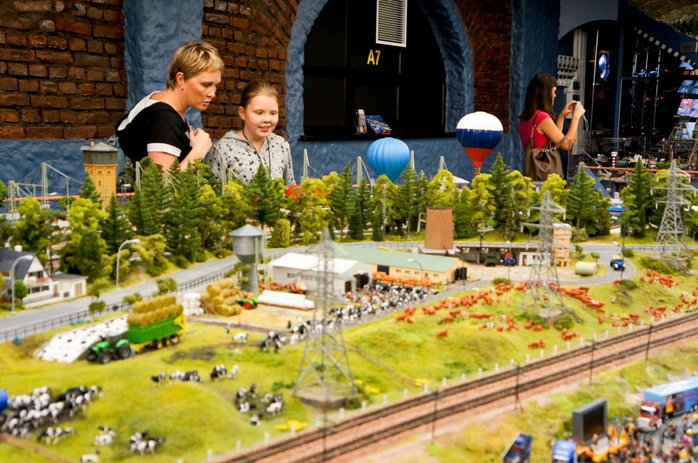 Grand model Russia: A huge detailed model of Russian urban life - 45