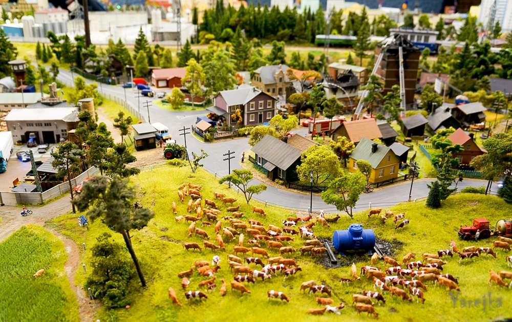 Grand model Russia: A huge detailed model of Russian urban life - 27